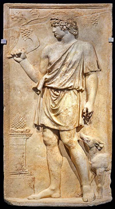 """Kaiser Hadrian: Biografie & Charakter des römischen Imperators - antinoos silvanus_Antinoos (um 110 – 130) war der Geliebte von Kaiser Hadrian. Zur damaligen Zeit waren """"Erastes-Eromenos-Verhältnis"""" typisch. Das Marmorrelief zeigt Antinnos als Gott Silvanus mit Winzermesser. Foto: Wikipedia, Carole Raddato"""