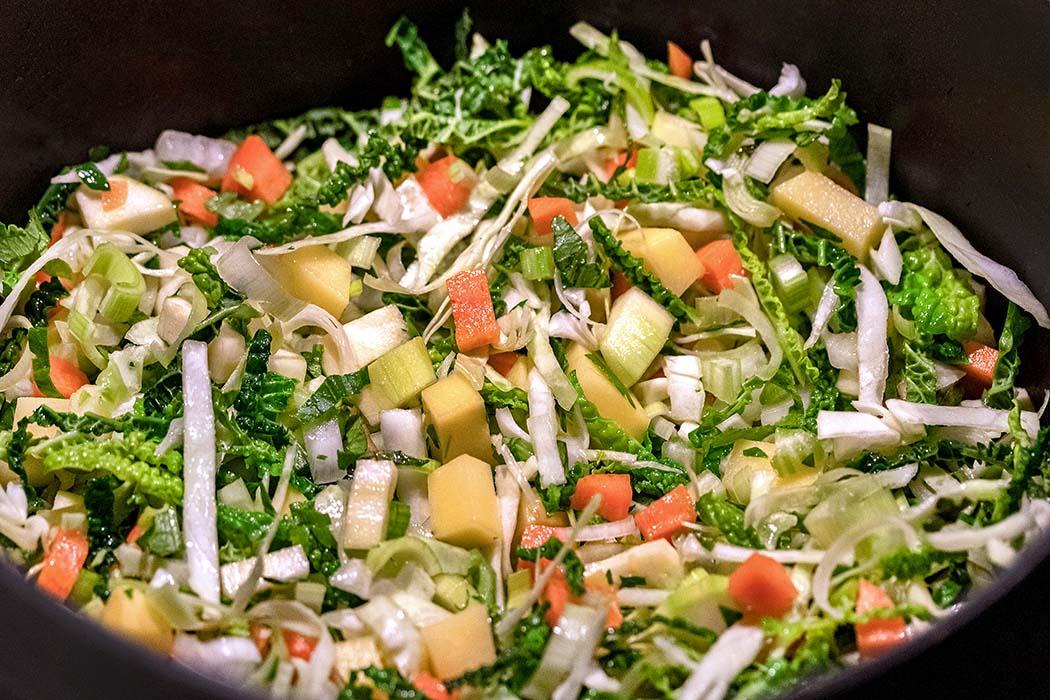 reise-zikaden.de, Minestrone alla Milanese - Gemüsesuppe aus Mailand Minestrone alla Milanese ist eine farbenprächtige Augenweide. Dabei wird zuerst das Gemüse bei sehr schwacher Hitze zugedeckt 30 Minuten geköchelt. Foto: Reise-Zikaden, M. Hoffmann