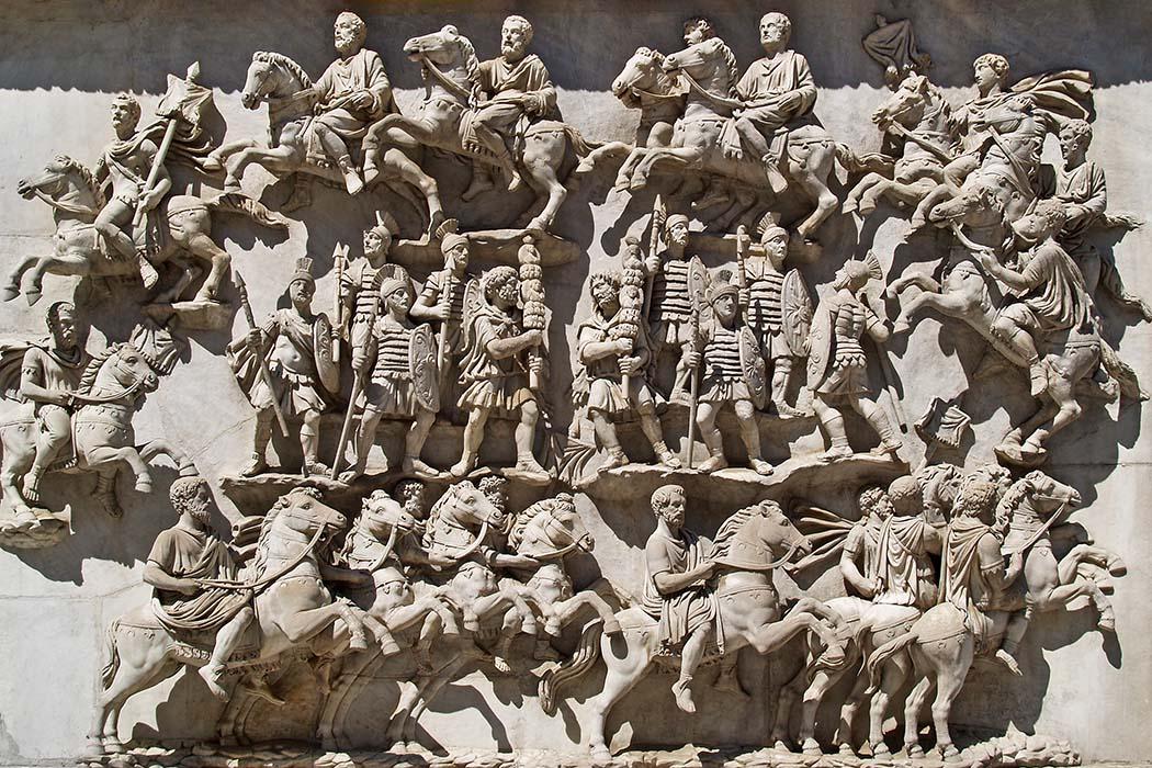 Kaiser Hadrian: Seine Politik- und Militärkarriere zum Prinzipat Antoninus-Pius-Säule Die Ritterparade Transvectio equitum fand in Rom jedes Jahr statt. Auch hat Hadrian hat wohl am 15. Juli 94 bei der Präsentation der jungen Equites teilgenommen. Das Relief stammt von der Basis der Ehrensäule für Antoninus Pius in Rom. Foto: Wikipedia, MiguelHermoso