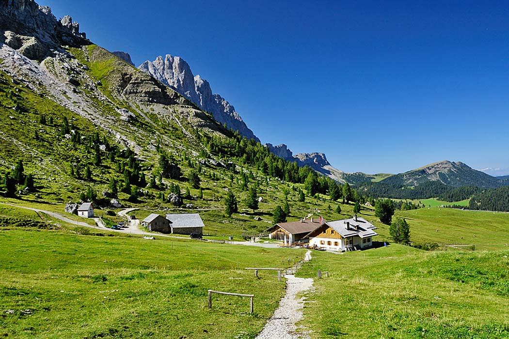 Südtirol: Dolomitental Villnöss – Unsere 8 schönsten Bergtouren, gampen alm_villnoess Die bewirtschaftete Gampen-Alm liegt zwischen dem Peitlerkofel und den Geislerspitzen, unterhalb der Schlüterhütte. Foto: Reise-Zikaden, M. Hoffmann