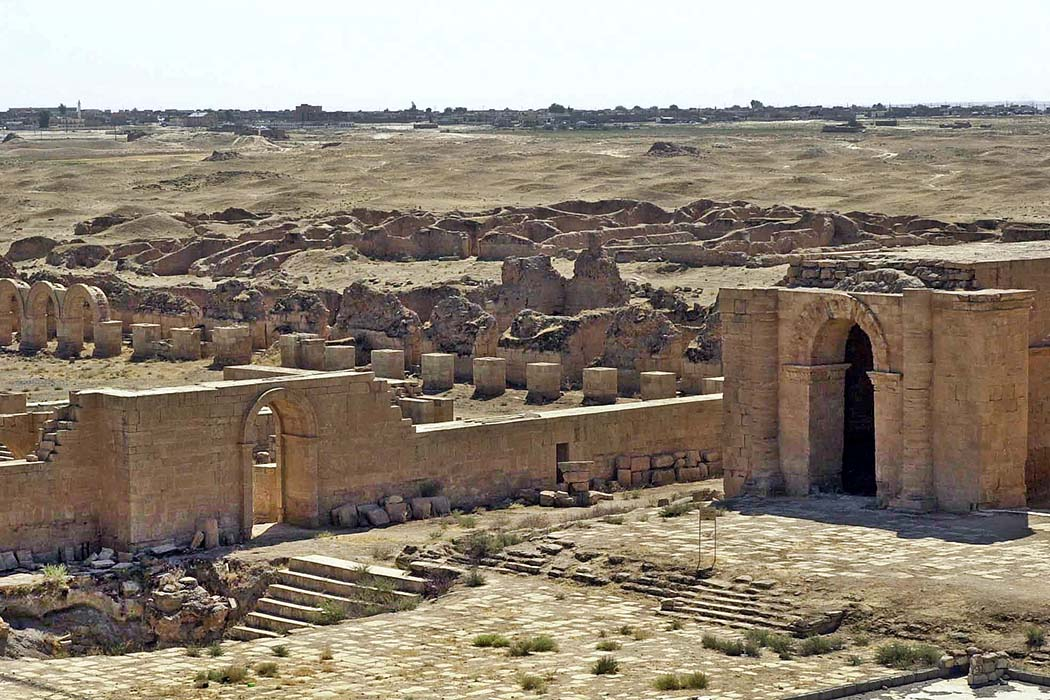 Hatra, Irak Hatra war die Hauptstadt eines arabischen Königreichs in Mesopotamien. Im Zentrum der Karawanenstadt liegen Tempelruinen. Am Horizont sind die Befestigungsmauern erkennbar. Trajans Belagerung von Hatra scheiterte. Foto: Wikipedia, 101st Airborne Division, USA