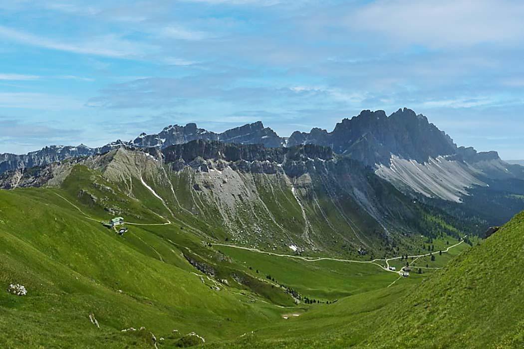 Südtirol: Dolomitental Villnöss – Unsere 8 schönsten Bergtouren, Col di Poma_Zendleser Kofel_Villnoess_ol Als Abschlußtour genißen wir diese Aussicht vom Gipfel des Zendleser Kofel (Col di Poma) auf die Geislergruppe im Süden, links Schlüterhütte, rechts unten Gampen-Alm. Foto: Reise-Zikaden, J. Hoffmann