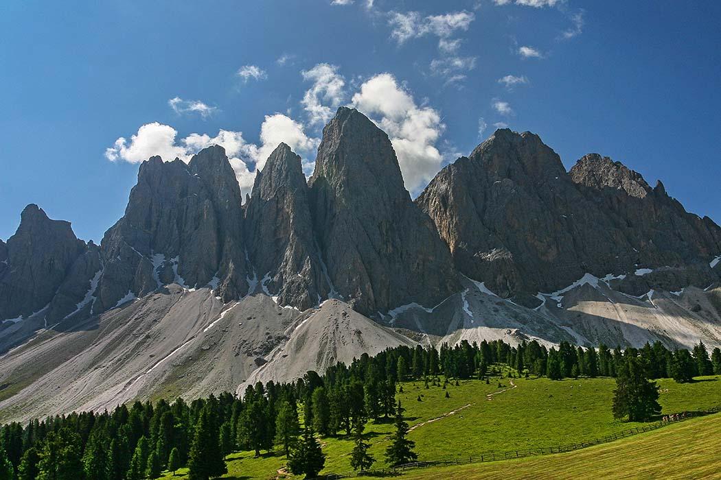 reise-zikaden.de, Südtirol, Dolomitental Villnöss – Unsere 8 schönsten Bergtouren, geislerspitzen, glatschalm Besiedelt ist das Villnösstal seit dem Neolithikum, um etwa 5. Jhtsd. v. Chr.. Dies belegen Feuersteinspitzen die unter den Steilhängen der Geislerspitzen gefunden wurden. Die vier mittigen Gipfel vor der Glatsch-Alm sind: Wasserkofel (2.924), Odla di Valdussa (2.936), Furchetta (3.025), Sass Rigais (3.025), v.l.n.r. Foto: Reise-Zikaden, M. Hoffmann