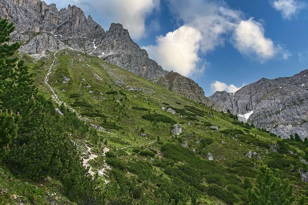 reise-zikaden.de, Südtirol: Dolomitental Villnöss – Unsere 8 schönsten Bergtouren - peitlerkofel rundweg 01 Der Aufstieg zur Peitlerscharte (Furcela de Pütia, 2.357 Meter) ist der höchste Punkt der Bergtour und lässt uns ordentlich ins Schwitzen kommen. Foto: Reise-Zikaden, M. Hoffmann