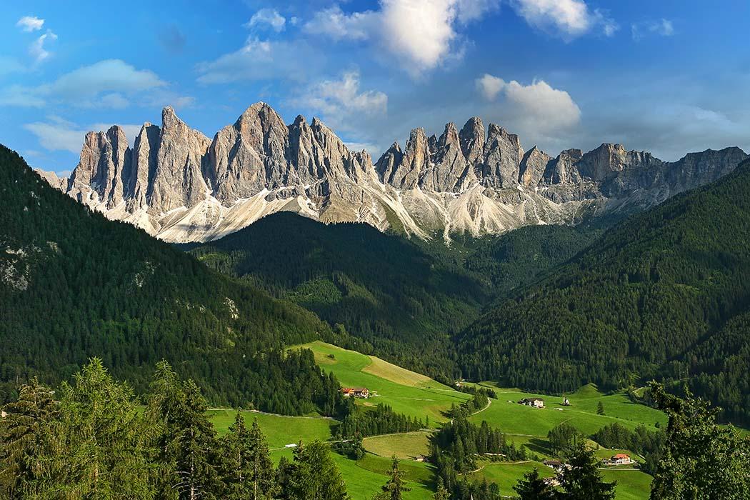 reise-zikaden.de, Südtirol, Dolomitental Villnöss – Unsere 8 schönsten Bergtouren, geislerspitzen, putzerhof Gigantisches Wahrzeichen im Villnösstal sind die schroffen Geislerspitzen im Naturpark Puez-Geisler. Die zerklüfteten Gipfel der Geislergruppe sind das Herzstück der Südtiroler Dolomiten. Foto: Reise-Zikaden, M. Hoffmann