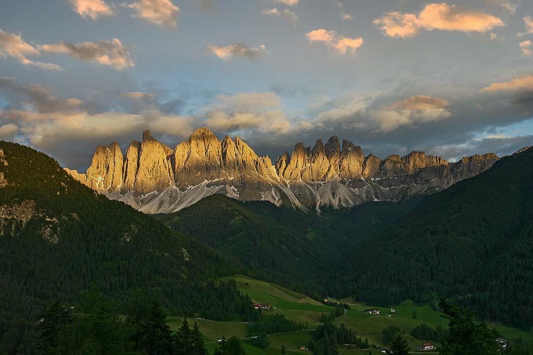 reise-zikaden.de, Südtirol, Dolomitental Villnöss – Unsere 8 schönsten Bergtouren, geislerspitzen, putzerhof Wie ein aufgetürmter Grat blicken die bizarren Geislerspitzen ins Villnösstal. Ihre Nordwände bilden eine gewaltige Türmephalanx die in den Dolomiten einzigartig ist. Foto: Reise-Zikaden, M. Hoffmann