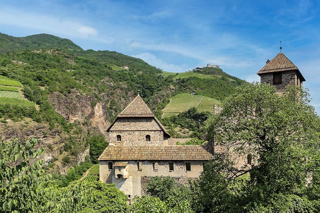 Bozen_Runkelstein_Burg Runkelstein liegt nördlich von Bozen und beherbergt den größten profanen Freskenzyklus des Mittelalters. Der Standort liegt oberhalb der Zugangsseite im Süden. Foto: Wikipedia, Mattes