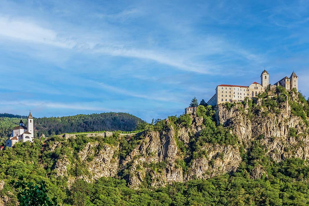 Panorama Säben. Kloster Säben wird auch der Heilige Berg Tirols oder Tiroler Akropolis genannt. Besiedelt ist der Felsen seit prähistorischer Zeit. Es folgten Römer, Bajuwaren und Räter. Ein erstes Bistum entstand im 4. Jhd. Foto: Wikipedia, Matthias Süßen