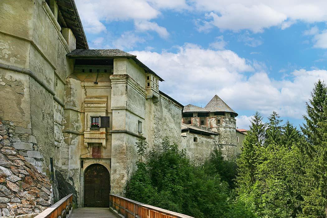 reise-zikaden.de, Südtirol, Unsere 10 schönsten Ausflüge um Brixen im Eisacktal, burg rodenegg, Burgtor Nach dem Überqueren der Brücke über den Graben wird das schmale Burgtor erreicht. Von hier lässt sich die Gesamtlänge von Burg Rodenegg mit über zweihundert Metern nur erahnen. Links die vordere Bastei und rechts der Veitsturm. Foto: www.facebook.com/SchlossRodenegg
