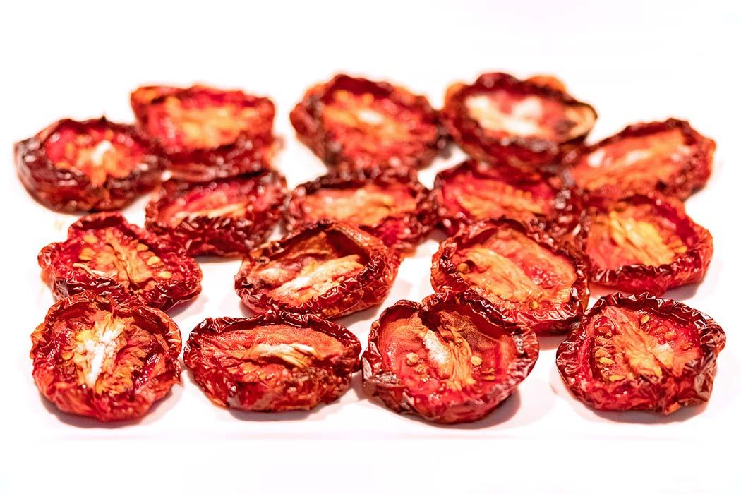 reise-zikaden.de, Pomodori secchi – Ofengetrocknete Tomaten selber machen Vorsicht Suchtgefahr! Wer Tomaten selbst trocknet, wird sicherlich zum Wiederholungstäter. Pomodori secchi verführen mit intensiven Aroma und einzigartigem Geschmack. Foto: Reise-Zikaden, M. Hoffmann