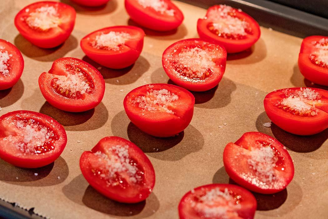 reise-zikaden.de, Pomodori secchi – Ofengetrocknete Tomaten selber machen Anschließend die Tomaten mit Meersalz (idealerweise Fleur de Sel) bestreuen und für eine Stunde im kalten Backofen ziehen lassen. Foto: Reise-Zikaden, M. Hoffmann