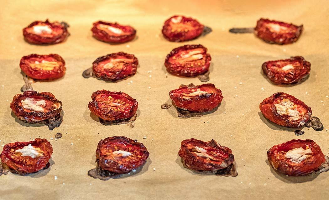 reise-zikaden.de, Pomodori secchi – Ofengetrocknete Tomaten selber machen Ofengetrocknete Tomaten sind ein Ergebnis der Langsamkeit. Nach vier Stunden und fünfzehn Minuten waren unsere Pomodori secchi fertig. Foto: Reise-Zikaden, M. Hoffmann
