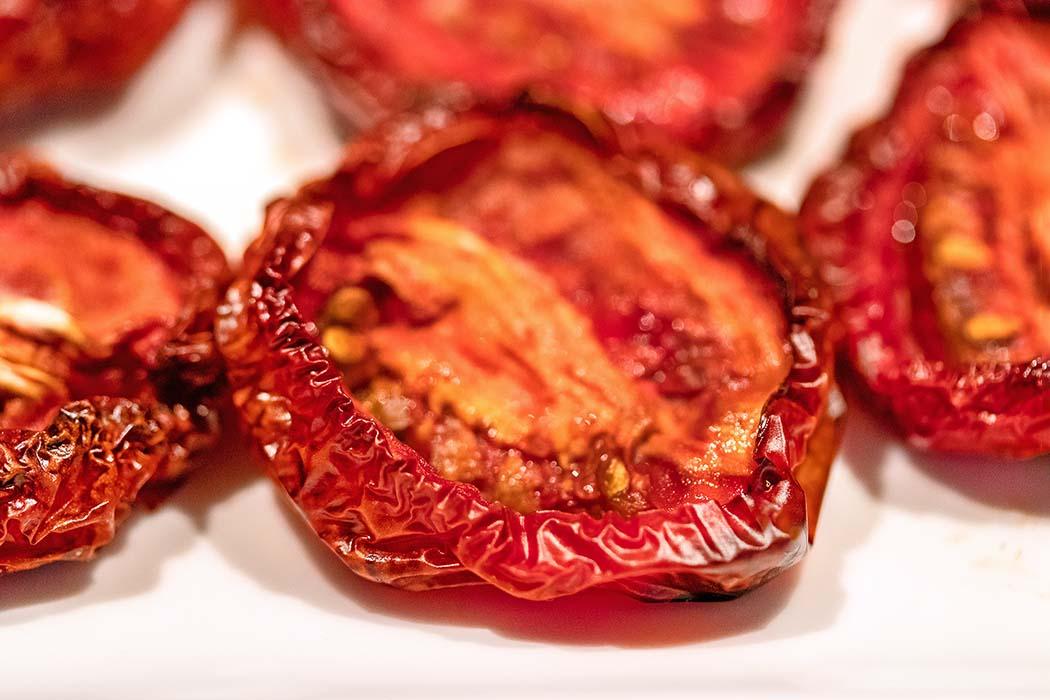 reise-zikaden.de, Pomodori secchi – Ofengetrocknete Tomaten selber machen Pomodori secchi entwickeln im Geschmack eine spezielle Süße. Schon nach kurzer Zeit im Backofen verströmen die Tomaten einen wunderbar fruchtigen Duft. Foto: Reise-Zikaden, M. Hoffmann