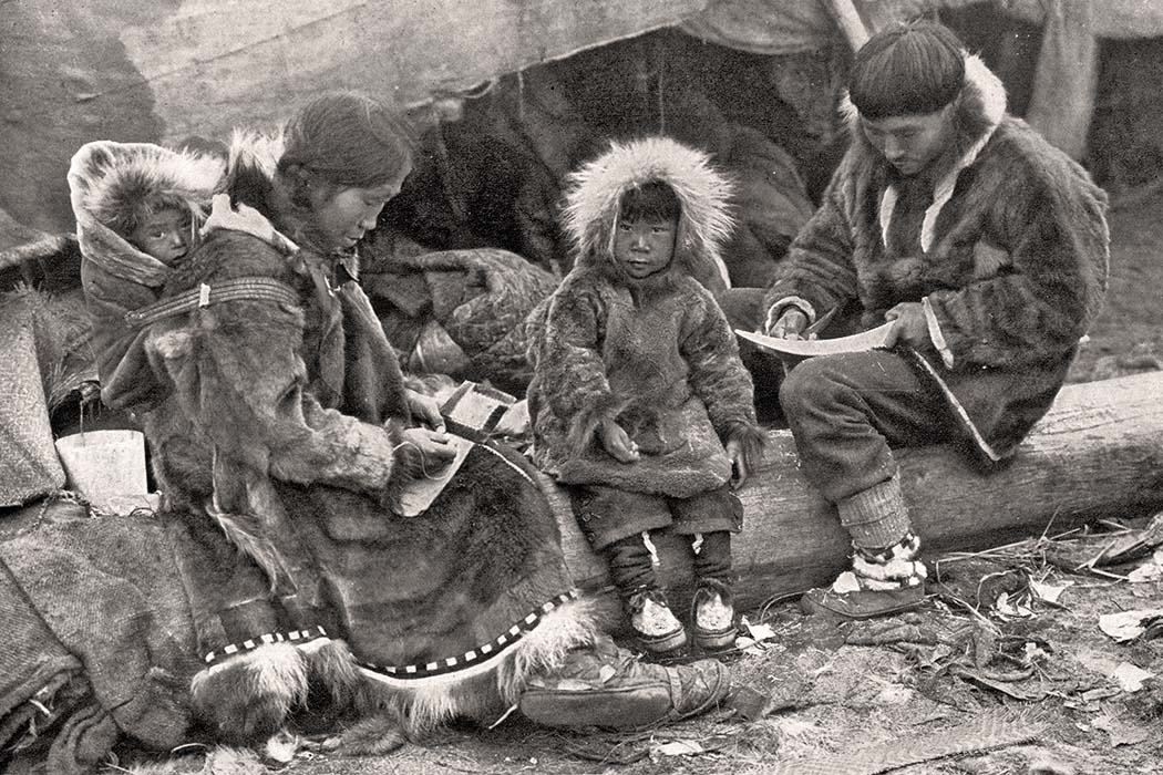 Eine Inuit Familie vor ihrem Zelt. Ursprung: National Geographic Magazine, Volume 31 (1917). Foto: Wikimedia, George R. King